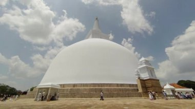 ANURANHAPURA, SRI LANKA - APR 16: Pilgrims in white clothes go round huge white sacred stupa Ruwanmalisaya dagoba on Apr 16, 2013 in Anuradhapura, Sri Lanka — Stok video