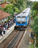 BENTOTA, SRI LANKA - APR 28: Train arrive to station with people — Stok fotoğraf