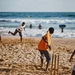 BENTOTA, SRI LANKA - APR 28: Teenagers play cricket with bat and — Stock Photo