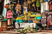 BENTOTA, SRI LANKA - APR 27: Sellers in street shop sell fresh f — Stock Photo
