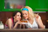 Girls try the freshly cooked homemade cookies — Stock Photo