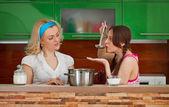 Две подружки на кухне — Стоковое фото