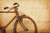 Old-fashioned rusty bicycle near the wall — Fotografia Stock
