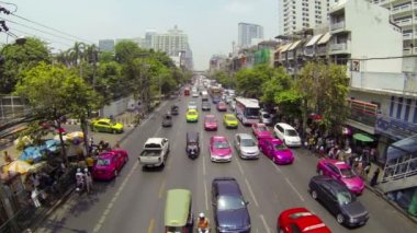 BANGKOK - APR 12: Cars and taxis drive in a flow of megapolis traffic on Apr 12, 2013 in Bangkok, Thailand. There are more than 70 thousand licensed taxi cars in the city. — Stok video