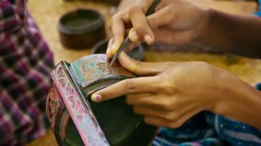 Video 1920x1080 - Burma. Artist makes pattern on the product in the workshop — Stock Video