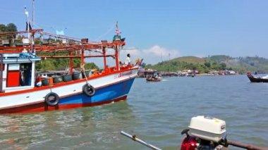 RANONG, THAILAND - 11 FEB 2014: Bright fishing wooden boat navigate in Ranong bay — Stock Video