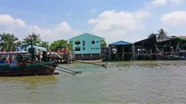 RANONG, THAILAND - 11 FEB 2014: Fishing wooden boats and houses on piles along shore — Stock Video