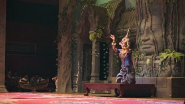 SIEM REAP, CAMBODIA - 23 DEC 2013: Apsara Cambodia Khmer traditional dance. It is a theatre in Cambodia features the classical dance style. — Stock Video