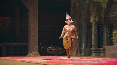 SIEM REAP, CAMBODIA - 23 DEC 2013: Apsara Cambodia Khmer traditional female dance. It is a theatre in Cambodia features the classical dance style. — Stock Video