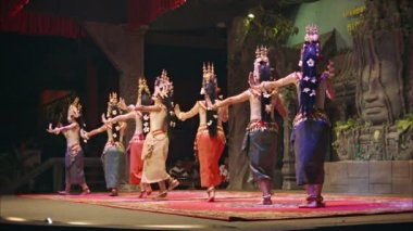SIEM REAP, CAMBODIA - 23 DEC 2013: Apsara Cambodia Khmer traditional dance and performances. It is a theatre in Cambodia features the classical dance styles. — Stock Video