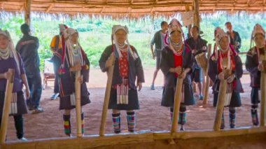 CHIAND RAI, THAILAND - 04 DEC 2013: Group of Akha people play traditional music in hill tribe village. — Stock Video