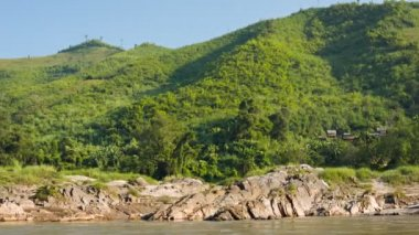 Video 1920x1080 - Rocky shore of the Mekong river. View from the boat. Laos — Vídeo de stock