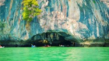 Video 1920x1080 - Canoeing near the limestone cliffs. Thailand, Phang Nga — Stock Video