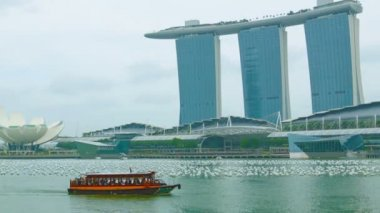 High definition video - Pleasure boat in the bay near Marina Bay. Singapore — Stock Video