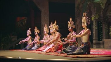 SIEM REAP, CAMBODIA - 23 DEC 2013: Apsara Cambodia Khmer traditional dance and performances. It is a theatre in Cambodia features the classical dance style — Stock Video