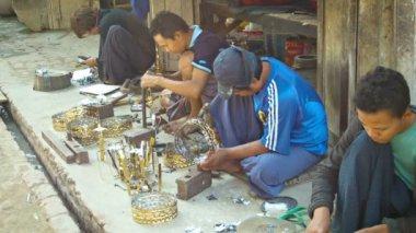 MANDALAY, MYANMAR - 13 JAN 2014: Burmese metal masters work in open-air workshop — Stockvideo
