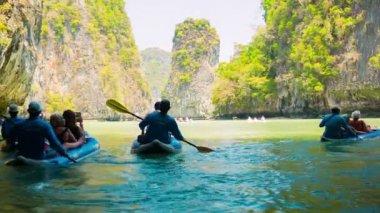 Phang nga, tailandia - 24 de febrero de 2014: turistas kayak entre las islas de piedra caliza. kayak es una diversión popular para los turistas — Vídeo de stock