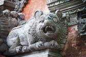 Animal como um cão na parede do templo. bali, indonésia — Foto Stock