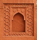 Element dekoracyjny - okno na ścianie starożytnego pałacu. Indie, — Zdjęcie stockowe