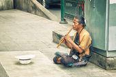 BANGKOK, THAILAND - 21 NOV 2013: Poor man earns his living with  — Stock Photo