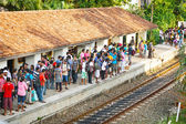 BENTOTA, SRI LANKA - 28 APR 2013: People wait for a train on rai — Stok fotoğraf