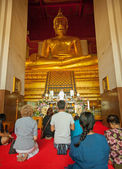 AYUTHAYA, THAILAND - 22 NOV 2013: Worshippers pray near the stat — Stock Photo