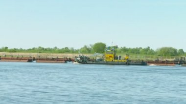 NIZHNY NOVGOROD, RUSSIA - CIRCA MAY 2014: Dredge on the Volga river and tug boat — Stock Video