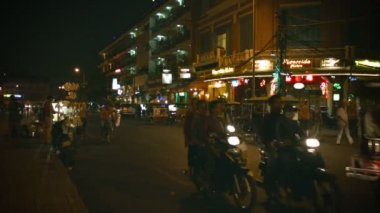 PHNOM PENH, CAMBODIA - 29 DEC 2013: Night traffic on city streets. Dominated by motorbikes and motorcycle taxis — Wideo stockowe