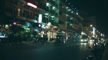 PHNOM PENH, CAMBODIA - 29 DEC 2013: Night traffic on city streets. People go to on motorcycles and backs of the trucks — Stock Video