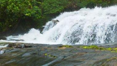 видео 1920 x 1080 - водопады около чианг рай, таиланд. стрелять с панорамирование — Стоковое видео