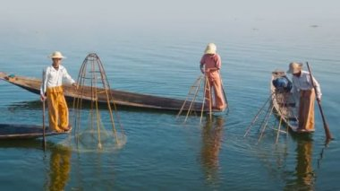 Video 1080p - Local fishermen on boats in between fishing. Inle Lake, Myanmar — Stock Video