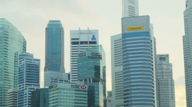 SINGAPORE - CIRCA JAN 2014: Skyscrapers in downtown of Singapore. Offices of large corporations — Stock Video
