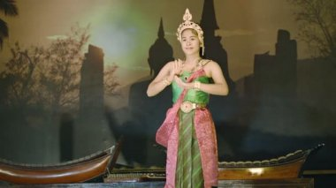 SUKHOTHAI, THAILAND - 27 NOV 2013: Young girl performs solo dance on stage — Stock Video