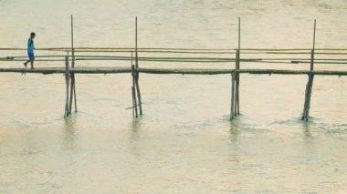 LUANG PRABANG, LAOS - CIRCA DEC 2013: Bamboo footbridge across the river length of about 40 meters — Stock Video
