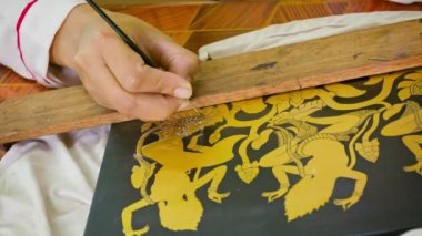 SIEM REAP, CAMBODIA - 23 DEC 2013: Painting on wooden piece for lacquer panel. The art of Khmer lacquer work originates from the glorious Angkor era. — Stock Video