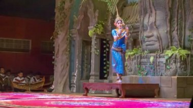 SIEM REAP, CAMBODIA - 23 DEC 2013: Young girl performs solo dance at the theater — Stock Video