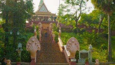 Phnom penh, Kambodža - 29 prosince 2013: hlavní schodiště wat phnom (chrám horách). — Stock video