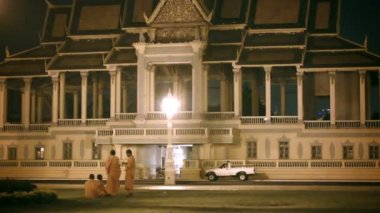 PHNOM PENH, CAMBODIA - 29 DEC 2013: Buddhist monks near the royal palace in the evening — Stock Video