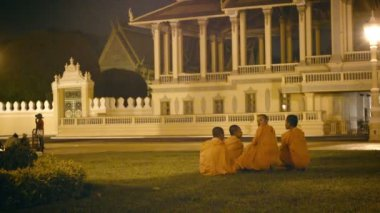 PHNOM PENH, CAMBODIA - 29 DEC 2013: Group of Buddhist monks near the royal palace in the evening — Stock Video