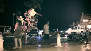 PHNOM PENH, CAMBODIA - 29 DEC 2013: Street vendor balloons on a background of a freeway — Stock Video
