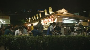 SINGAPORE - CIRCA JAN 2014: Tourists and locals eat in cheap alfresco dining — Stock Video