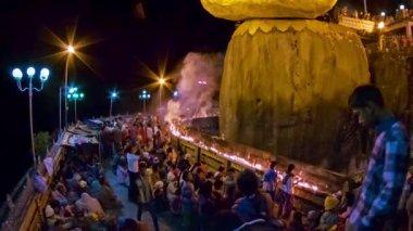 MON STATE, MYANMAR - 04 JAN 2014: Pilgrimage of locals of the Buddhist shrine - Kyaiktiyo Pagoda — Stock Video