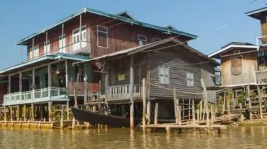 INLE LAKE, MYANMAR - CIRCA JAN 2014: Going on a boat through the village on the water — Stock Video