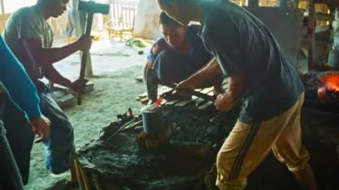 INLE LAKE, MYANMAR - CIRCA JAN 2014: Group blacksmiths work in the smithy — Vidéo