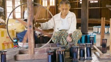 INLE LAKE, MYANMAR - CIRCA JAN 2014: Production of yarns for weaving looms. Traditional ancient way — Stock Video