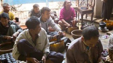BAGAN, MYANMAR - 10 JAN 2014: Polishing stage in traditional Burmese lacquerware handmade. Yun-de is lacquerware in Burmese, and the art is called Pan yun. — Stock Video