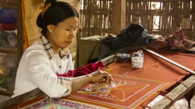 MANDALAY, MYANMAR - 13 JAN 2014: Burmese tapestry masters work with kalaga. It is a heavily embroidered applique tapestry made of silk, flannel, felt, wool and lace against cotton or velvet background — Vídeo de stock