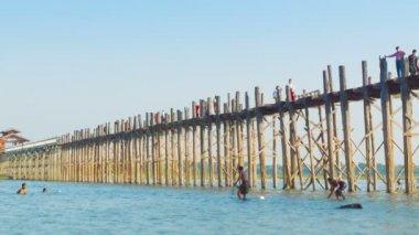 MANDALAY, MYANMAR - 13 JAN 2014: Large wooden bridge. Local fishing and swim. U Bein Bridge — Stock Video