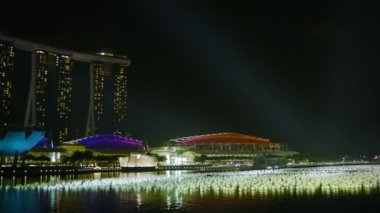 SINGAPORE - CIRCA DEC 2013: Night view of the Gulf. View of the Marina Bay Sands hotel and office high-rise buildings — Stock Video