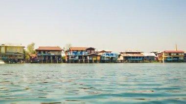 Inle lake, myanmar - circa ene de 2014: un pequeño pueblo en zancos. vista desde el barco móvil — Vídeo de stock